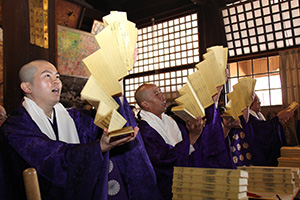 大量の経巻を転読する僧侶