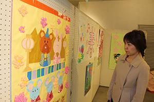 ひな祭りなど季節の行事が表現された作品が並ぶ