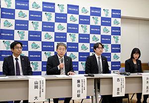 記者会見する新役員(左から山岡、廣谷、西、沖本各氏)