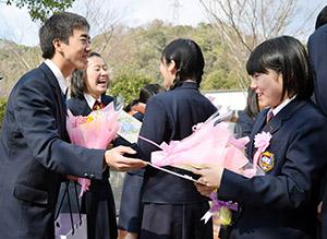 卒業生を笑顔で送り出す在校生