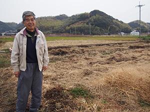 堆肥を入れて準備中の畑で堀さん