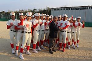 全国制覇を目指す智弁ナインを祝福し、中谷監督(前列右)と握手する髙嶋名誉監督