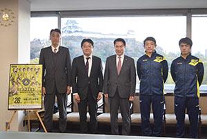 尾花市長(中央)を訪問した(左から)田中さん、大山社長、真保監督、山口主将