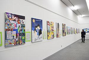 色彩豊かな作品が並ぶ会場