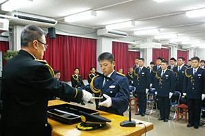 卒業証書を受け取る武内巡査