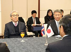 仁坂知事との会談に臨むソムキット副首相㊧