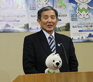 水素ガスを使う構想を説明する仁坂知事