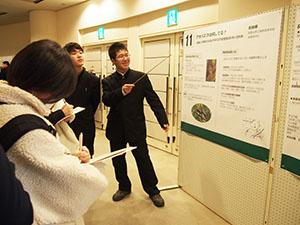 ポスターセッションで説明する宗君(中央)