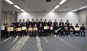 各大会で入賞した高校生(前列中央が宮下教育長)