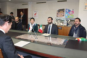尾花市長(手前)と歓談するミラノ市長㊥、カラウディさん㊨、トルモリーノさん