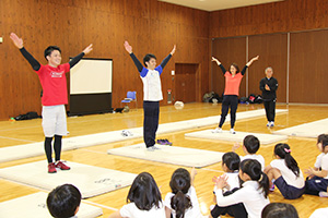 模範演技を披露する(左から)佑典さん、和仁さん、理恵さん