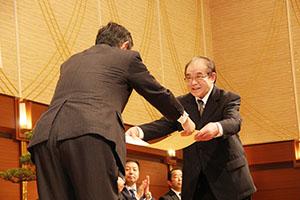 仁坂知事㊧から表彰を受ける受賞者