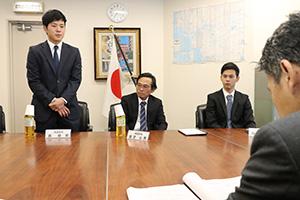 帰国を報告する3人(左から森さん、前芝さん、和坂さん)