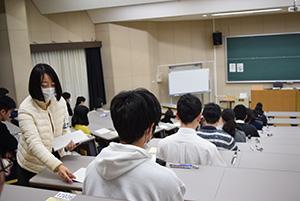 試験開始を待つ受験生