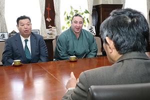 仁坂知事を訪れた春日野親方㊧と栃ノ心関