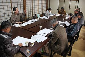 鈴木さん(左奥)指導のもと、謡の声を合わせる復元の会メンバー