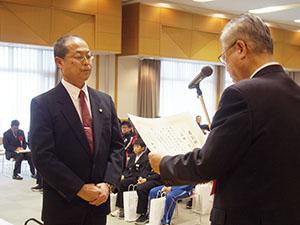 神出市長㊨から表彰を受ける濱田さん