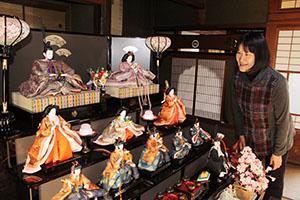 黒漆のひな壇に並ぶ人形