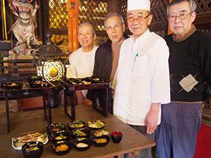 再現した「徳川御膳」を献上した調理師会メンバー