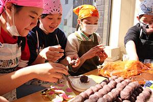 和菓子作りに励む三田小の児童たち