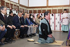 拝殿で謡曲を奉納する鈴木さん