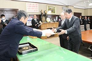 表彰状を受け取る前田代表