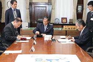 協定書にサインする(左から)津川社長、仁坂知事、中村市長