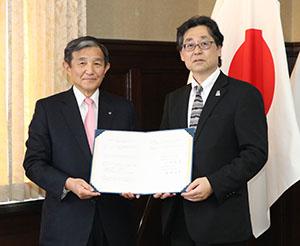 協定書を手に仁坂知事㊧と神崎所長