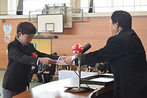 卒業証書を受け取る児童(野崎小)