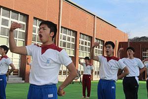 練習で声を張り上げるリーダー部員