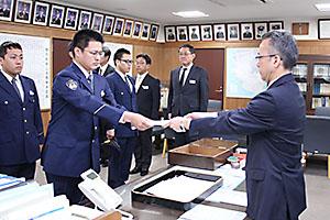 檜垣本部長㊨から指定書を受け取る研修生