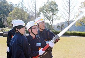 放水訓練を体験する学生たち