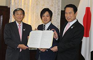 協定書を手にする鳴海社長㊥、仁坂知事㊧、尾花市長