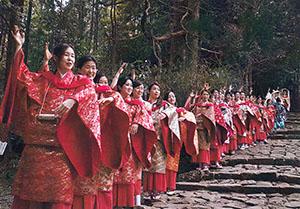 平安衣装で撮影に参加した踊り手たち