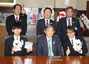仁坂知事を囲み、ウインズ平阪さん(前列右)と靖啓さん(同左)