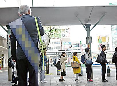 朝のJR和歌山駅前で演説する候補