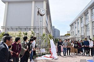 学生らの手で時計塔がお披露目された