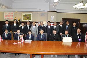 仁坂知事(前列中央)に活躍を報告した選手ら(前列)
