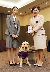 嶋会長㊨が赤川さんに寄付金を手渡した
