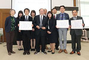 表彰を受けた市駅まちづくり実行会議のメンバー(同会議提供)