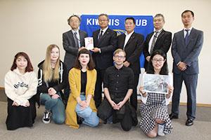 留学生(前列)に自転車を寄贈したキワニスクラブのメンバー