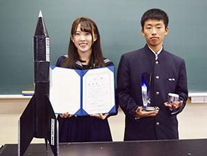 京大で発表し、総長賞を受賞した井上さん㊧と松村君