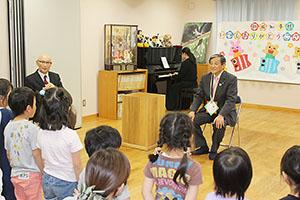 子どもたちの合唱を聴く仁坂知事