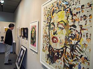 個性的な現代アート作品が並ぶ