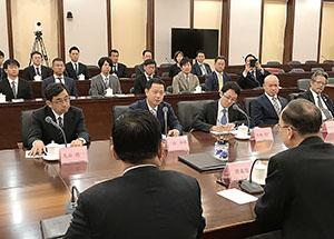 譚市長(手前右)と会談する二階団長(中列左から2人目)ら
