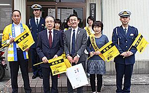 黄旗を贈呈した藤本支店長(前列中央)と出席した皆さん