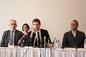 会見するバリエール開発マネージャー(中央)とストロック日本支社長㊧