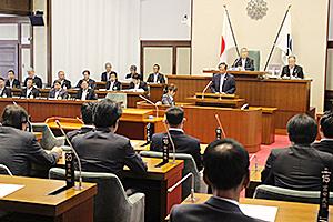 臨時県議会であいさつする仁坂知事
