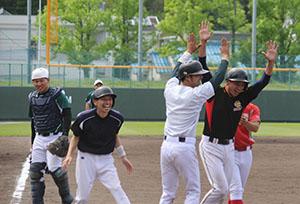 本塁打を放ち喜ぶ市和歌山の選手ら