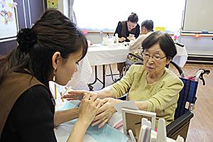 ネイルで笑顔 福祉施設で高齢者が体験